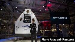 Elon Musk pózol a Dragon 2 űrhajó előtt, Kalifornia 2014. május 29. REUTERS/Mario Anzuoni