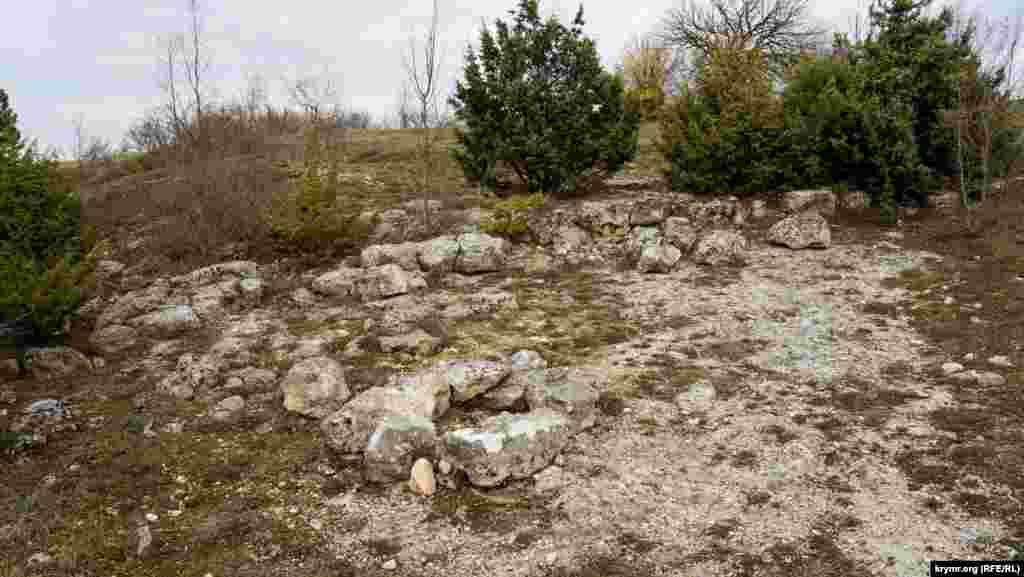 Останки оборонительной стены и построек в северной части. Здесь в конце семидесятых годов прошлого столетия сотрудники Бахчисарайского музея-заповедника проводили археологические раскопки