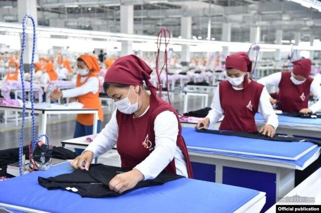 Для организации шоу к приезду президента Мирзияева в швейно-трикотажное предприятие And Gold привезли около 800 сотрудниц махаллинских сходов граждан Избасканского района, которые сыграли роль работниц фабрики.