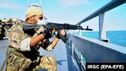یک نیروی سپاه پاسداران بر روی ناو «شهید رودکی»