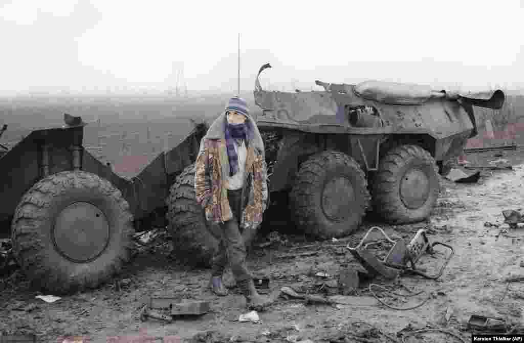 Житель Чечни у обломков российского бронетранспортера, 31 января 1995 года.