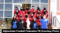 اعضای تیم ملی فوتبال بانوان زیر ۱۷ سال افغانستان با کدر فنی این تیم