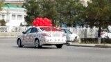 Украшенный воздушными шарами автомобиль, Ашхабад, март, 2021