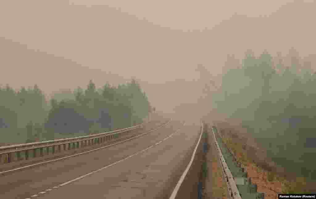 Drum acoperit de fum în apropierea satuluiMagaras.