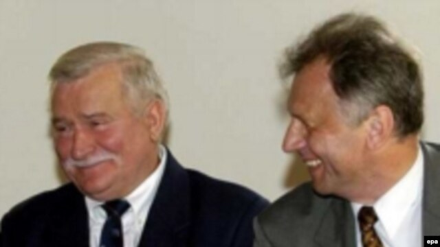 Lech Walesa (left) with former Solidarity activist Bogdan Lis