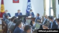 Руководитель аппарата правительства Бактыбек Аманбаев представляет коллективу муниципалитета и. о. мэра Балбака Тулобаева.