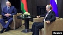 Олександр Лукашенко (ліворуч) і Володимир Путін під час зустріч в Сочі, 28 травня 2021 року