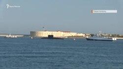 В Севастополе на репетиции парада заглох плавающий БТР (видео)