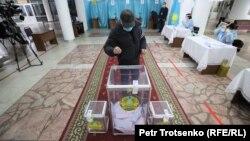Оппозицияның қатысуынсыз өтіп жатқан парламент мәжілісі және жергілікті мәслихаттар сайлауына дауыс беріп тұрған адам. Алматы, 10 қаңтар 2021 жыл.