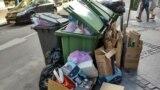 Persoanele fizice din Sector 1 nu plătesc taxă de salubritate. Plătește Primăria, iar Clotilde Armand susține că municipalitatea nu are datorii către Romprest. Romprest spune că nu poate plăti pentru depozitarea gunoiului deoarece are de încasat facturi de la primărie.