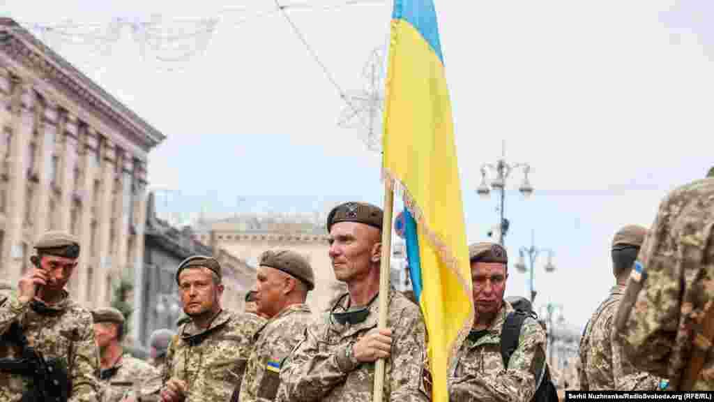 Відомо, що до підготовки залучено майже п'ять тисяч осіб, які формують 36 парадних розрахунків. Серед них – представники Сухопутних військ, Військово-морських сил, Повітряних сил, Сил спеціальних операцій, Десантно-штурмових військ. Крім того, залучені й підрозділи від Національної гвардії, Національної поліції, Державної служби України з надзвичайних ситуацій