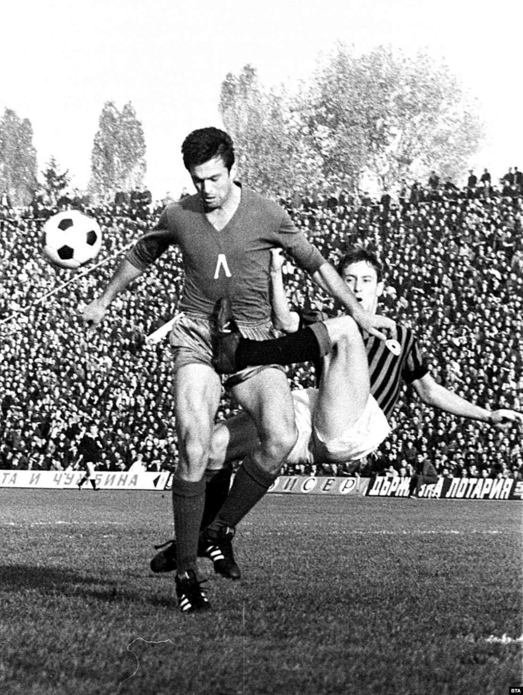 """Георги Аспарухов по време на мача между """"Левски"""" и """"Милан"""" през 1967 г."""