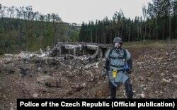 Cseh tűzszerész ellenőrzi az egyik vrbeticei robbantást 2014. október 20-án. A robbantások miatt két helyi civil a felismerhetetlenségig összeégett, hetekkel később tudták csak azonosítani őket. Az anyagi kár mai árfolyamon forintban nagyjából 20 milliárdosra volt tehető.