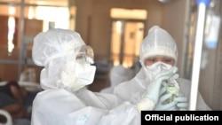 Қорғаныш киім киген медицина қызметкерлері.