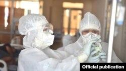 Медики в защитных костюмах в стационаре в Бишкеке. Иллюстративное фото.