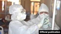 Медики в защитных костюмах в стационаре в Бишкеке. Июль 2020 года.
