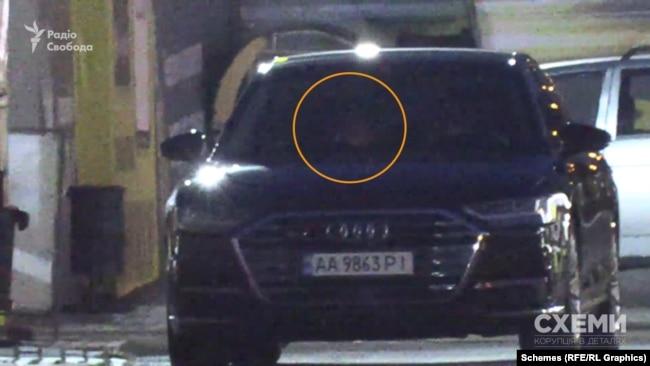 На задньому сидінні Audi помітно світло від мобільного телефону і чоловіче обличчя