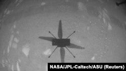 Umbra elicopterului Ingenuity în timpul primului zbor.