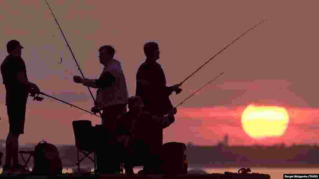 Рибалки ловлять рибу на березі Аполлонової бухти в Севастополі