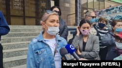 Предпринимательница Роза Есентаева говорит перед журналистами. Нур-Султан, 5 мая 2021 года.
