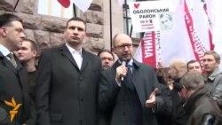 Опозиційні сили пікетують Київраду, вимагаючи проведення місцевих виборів
