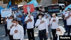 Etniki uýgurlar Hytaýyň Sinjiangdaky syýasatyna garşy protest çäresini geçirýärler. Stambul, Türkiýe, 2020-nji ýylyň 1-nji oktýabry.