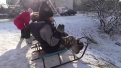 Prima zăpadă din ultimii doi ani în stânga Nistrului - prilej de bucurie pentru copii