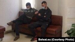 Раман Гаўрылаў (зьлева) і Арсень Галіцын у судзе 16 лютага. Фота: Белсат/belsat.eu