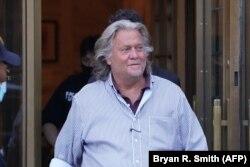 Steve Bannon, la ieșirea de la tribunalul din New York, unde a pledat nevinovat în privința acuzațiilor că ar fi folosit în interes personal o parte din donațiile pentru zidul dintre SUA și Mexic