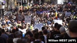 Демонстранти маршираат низ улиците на Мелбурн за време на собирот против ковид мерките на 21 август 2021 година.