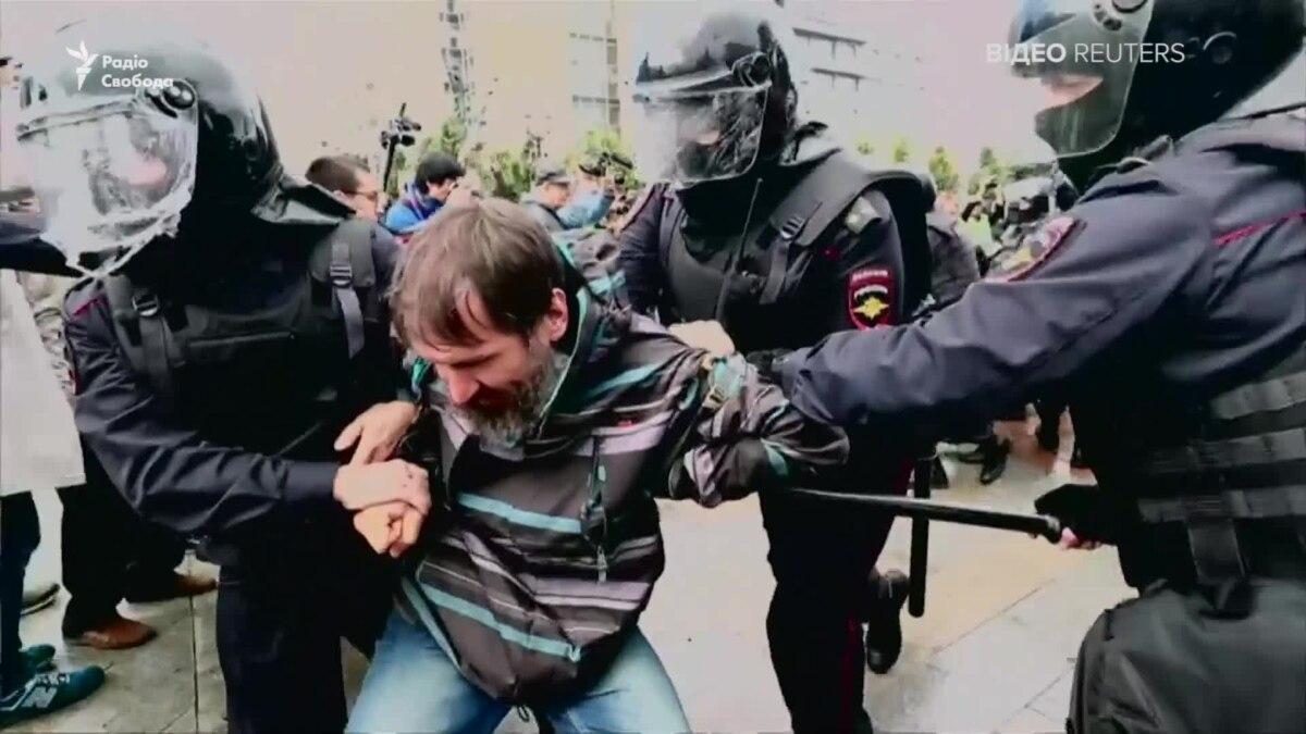 В Москве массово задерживают протестующих