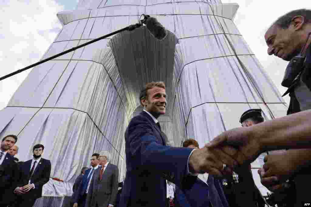 """Макрон по време на откриването на """"Триумфалната арка, опакована""""."""