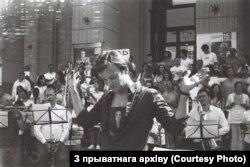 Віталь Алексяёнак ля філярмоніі ў Менску.