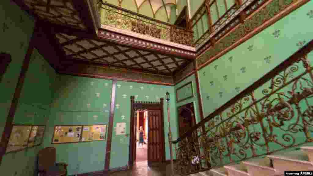 На другий поверх ведуть мармурові сходи з позолоченими кованими поручнями