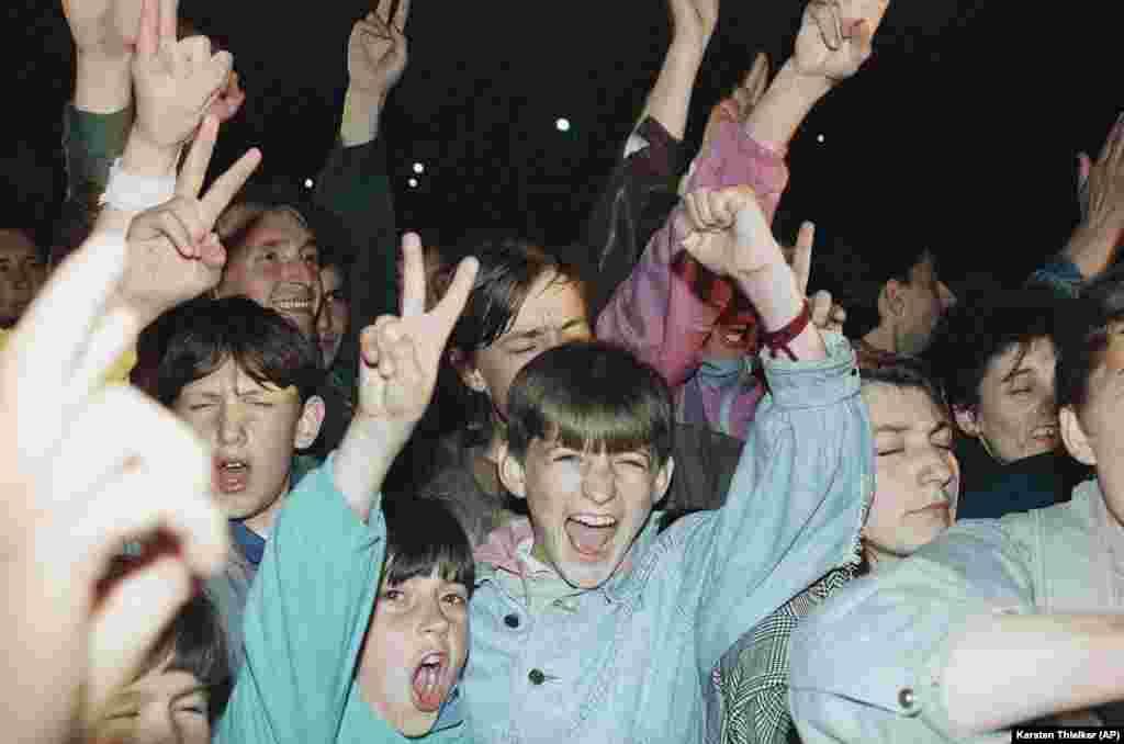 Молодые беженцы из Сребреницы протестуют перед гостиницей в Тузле. 18 апреля 1993 года.