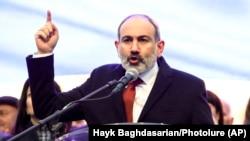 Премьер-министр Армении Никол Пашинян выступает перед своими сторонниками в Ереване. 1 марта 2021 года.