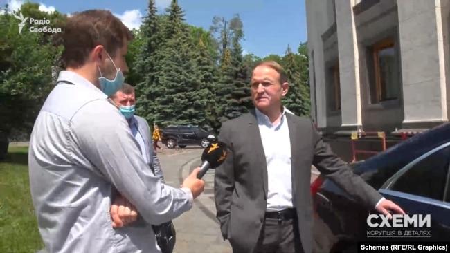 У 2020-му «Схеми» питали у Віктора Медведчука про спільний бізнес з Ігорем Коломойським, який раніше називав його зрадником і колаборантом