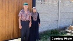 Бабушка и дедушка Мусы Сулейманова возле их дома
