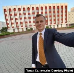 Павал Сьлюнькін у дзень звальненьня перад будынкам МЗС Беларусі