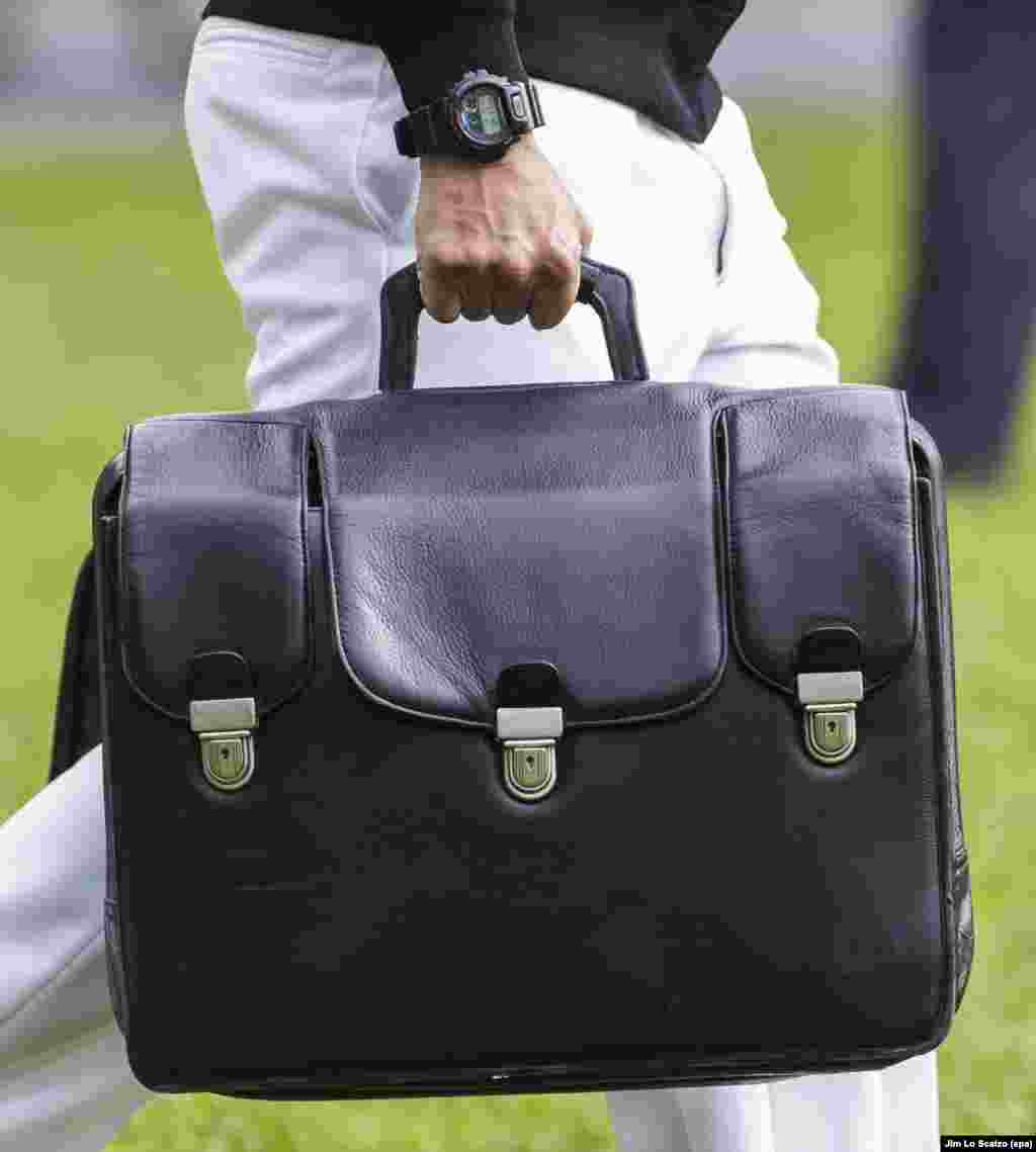 """Оваа кожна чанта е позната како американски """"нуклеарен фудбал"""" ."""