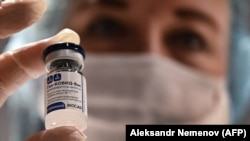 Ампула с российской вакциной от коронавирусной инфекции нового типа «Спутник V».