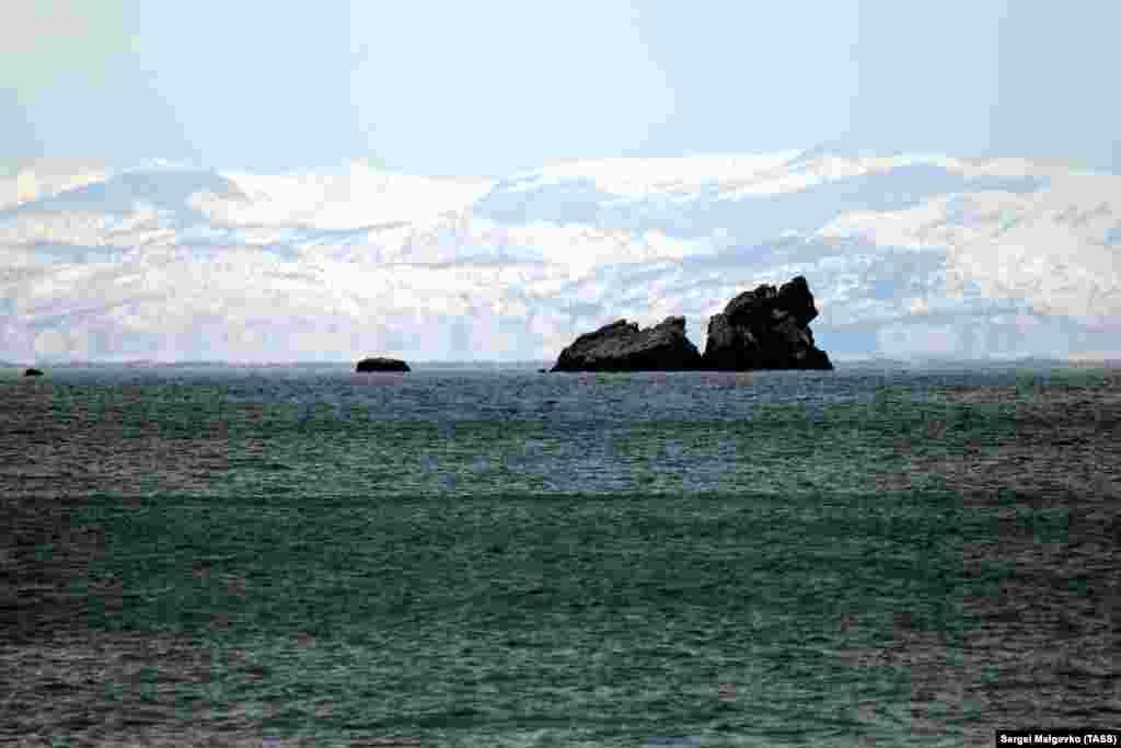 Вид на скалы Три сестры вблизи поселка Утес и Черное море