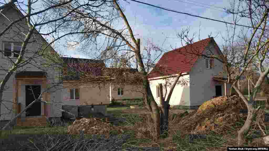 Эти домики застройщик продает «по цене квартиры».В Гончарном много новых домов. Приезжие из России скупают свободные участки и старые дома и строят особняки. Есть и такие, которые возводят на продажу