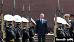 Vladimir Putin 22 iyunda Naməlum əsgər abidəsinə əklil qoyub