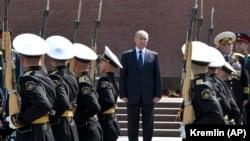 Ruski predsjednik Vladimir Putin prisustvuje ceremoniji obilježavanja stradanja Sovjeta polažući cvijeće na grob Neznanog vojnika u Moskvi