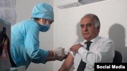 Муовини вазири тандурустӣ Самариддин Алиев аз аввалин афроде буд, ки ин ваксинаро дарёфт кард.