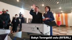 Садыр Жапаров с супругой на избирательном участке в Бишкеке.