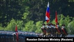 Военные в масках на репетиции парада Победы