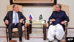 سرگی لاوروف، وزیر خارجه روسیه (چپ) و شاه محمود قریشی، وزیر خارجه پاکستان