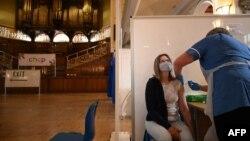 Пункт за ваксинация в кметството в британския град Хъл